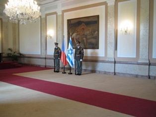 שומרים צ'כים ליד דגלים